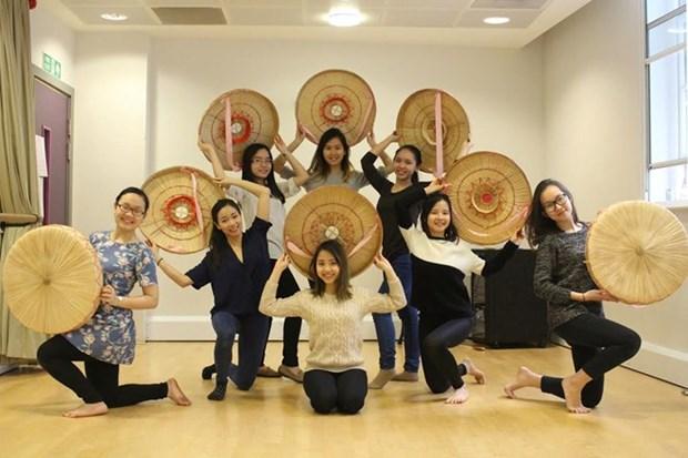 在英国越南留学生积极推介越南文化 hinh anh 1