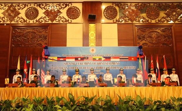 第13届东盟国家武装部队首脑非正式会议落下帷幕 hinh anh 1