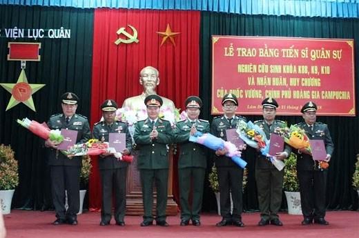 越南陆军学院向柬埔寨皇家军队军官颁发军事博士证书 hinh anh 1