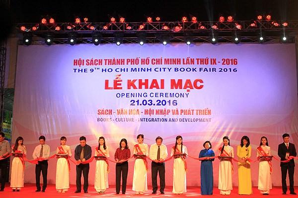 第九次胡志明市图书节开幕推介30万本书和印数量3000万册 hinh anh 1