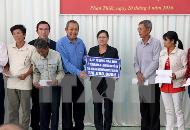 越南最高人民法院院长张和平向宁顺和平顺两省贫困学生赠送礼物 hinh anh 1