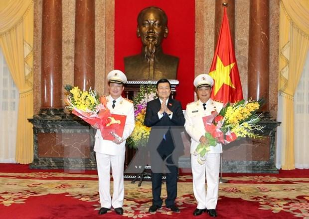 张晋创主席向晋升上将警衔的两位公安部副部长颁发决定 hinh anh 1