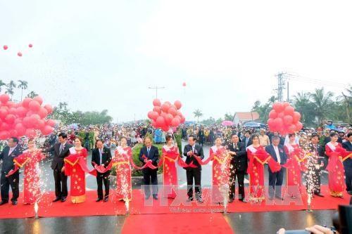 国会主席阮生雄出席广南省大门桥与沿海公路竣工通车仪式 hinh anh 1