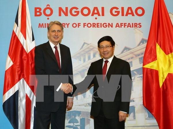越南政府副总理兼外长范平明与英国外交大臣哈蒙德举行会谈 hinh anh 1