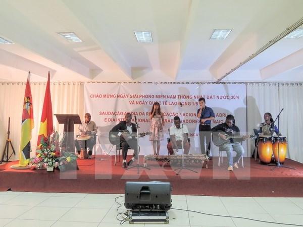 庆祝4•30南方解放日暨五一国际劳动节仪式在莫桑比克举行 hinh anh 1