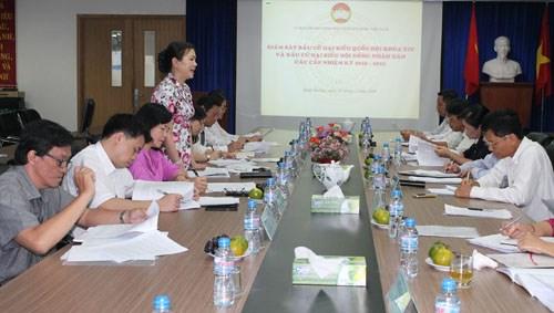 越南祖国阵线中央委员会工作代表团视察平阳省选举工作 hinh anh 1