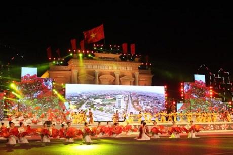 越南政府总理阮春福出席2016年海防市凤凰花文化节开幕式 hinh anh 1