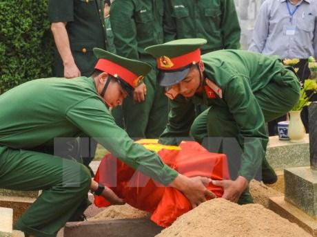 越南河静省为在老挝牺牲的英烈举行悼念安葬仪式 hinh anh 1