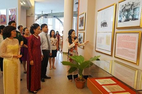 越南第十四届国会和各级人民议会代表选举专题展览会在多地举行 hinh anh 1