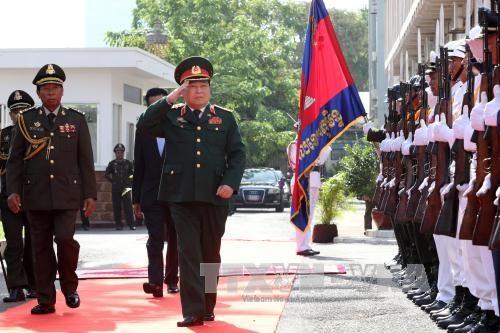 柬埔寨国会主席和首相会见越南国防部长吴春历 hinh anh 1