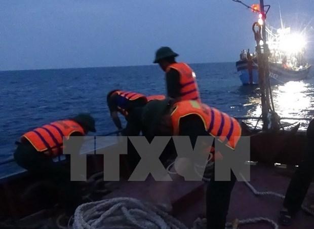 越南巴地头顿省渔船被撞沉 12名渔民获救 hinh anh 1