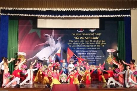 庆祝越菲建交40周年的艺术表演活动在芹苴市举行 hinh anh 1