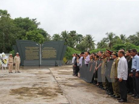 越南驻老挝大使馆干部人员在万象越老联军烈士陵园上香献花 hinh anh 1