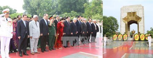 越南伤残军人与烈士日69周年:党和国家领导人拜谒胡志明主席陵墓和献花缅怀英烈 hinh anh 1