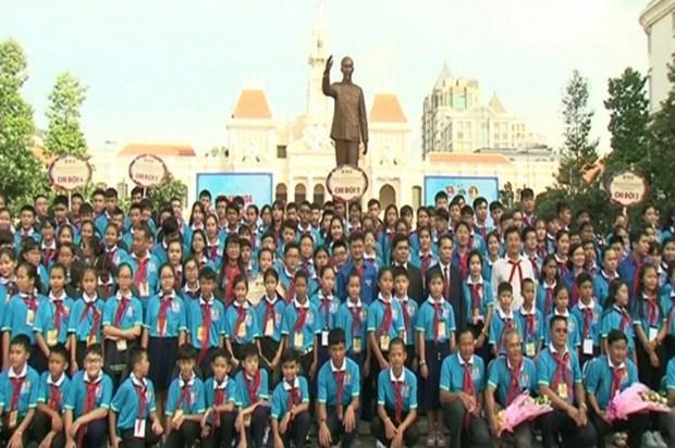 胡志明市领导人会见越老柬三国儿童代表 hinh anh 1