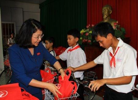 越南国家副主席邓氏玉盛向同塔省特困学生颁发助学金 hinh anh 1