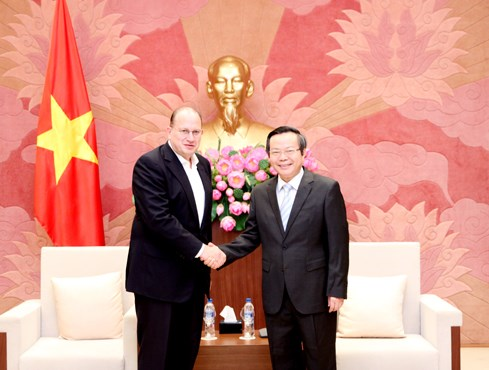 越南国会副主席冯国显会见友邦保险首席执行官 hinh anh 1