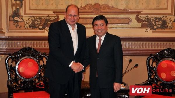 胡志明市领导人会见友邦保险董事长 hinh anh 1