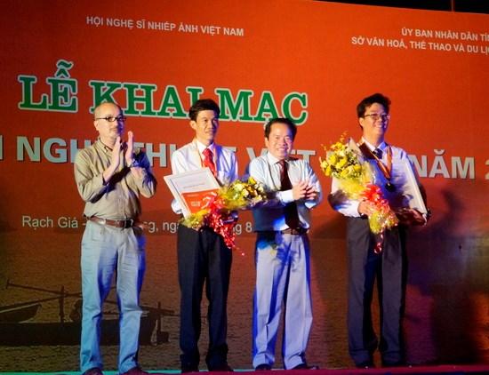 2016年越南艺术图片展在坚江省举行 hinh anh 1