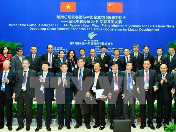 越南政府总理阮春福与中国企业CEO圆桌对话会在中国南宁市举行 hinh anh 1