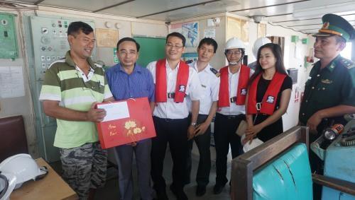 """越南海事局走访慰问被船主""""遗弃""""的3艘外籍船船员 hinh anh 1"""