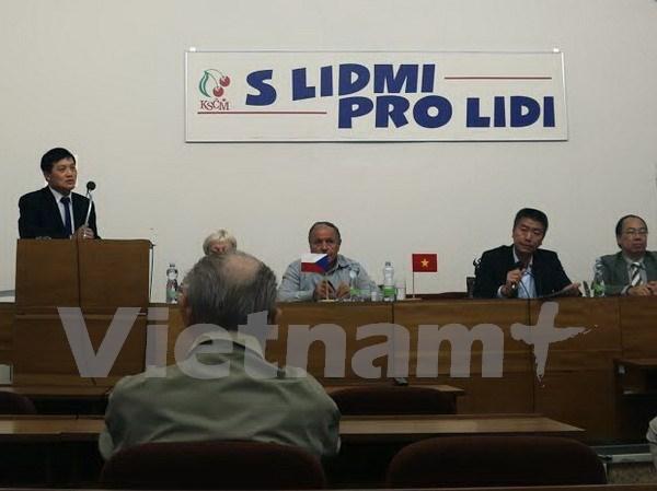 有关越南发展经验的研讨会在捷克举行 hinh anh 1