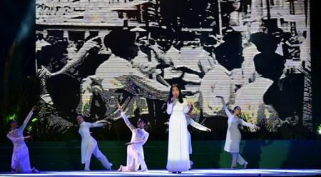 纪念越南南部抗战日71周年的艺术表演活动在胡志明市举行 hinh anh 1
