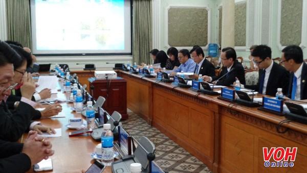 胡志明市领导与新加坡企业代表进行对话 解决企业实际困难 hinh anh 1