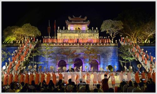 国会主席阮氏金银出席2016年河内奥黛节开幕式 hinh anh 1