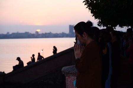 西湖放生——河内人的优良文化 hinh anh 1