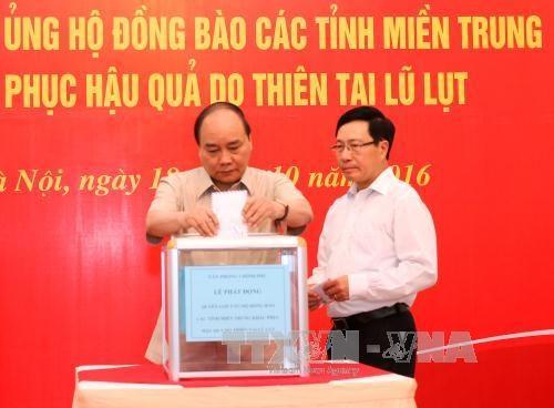 越南政府办公厅为中部灾民筹集善款 hinh anh 2
