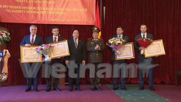 越南向俄罗斯内务部及紧急情况部的培训机构授予友谊勋章 hinh anh 1