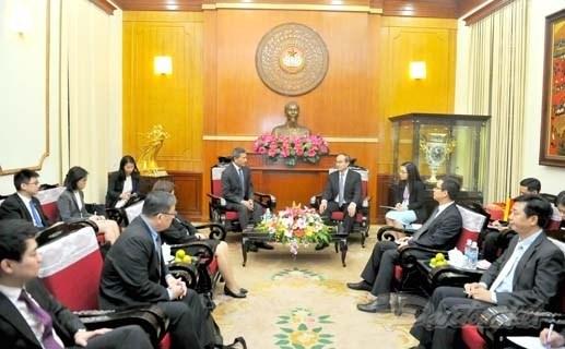 越南祖国阵线中央委员会主席阮善仁会见新加坡外交部长维文 hinh anh 1