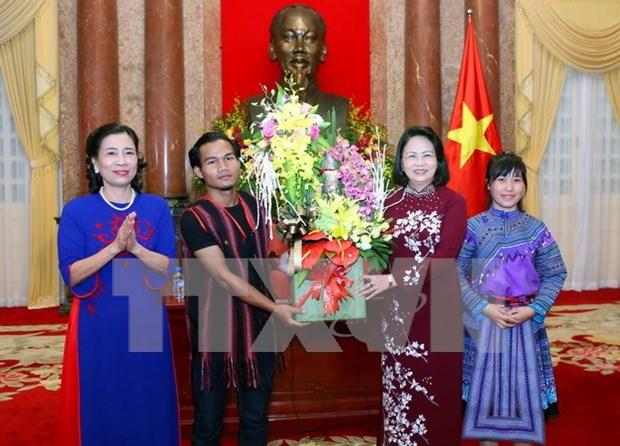 越南国家副主席邓氏玉盛会见少数民族优秀学生和运动员代表团 hinh anh 1