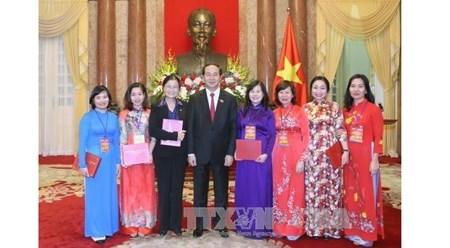 越南国家主席陈大光同煤炭行业模范干部代表亲切会面 hinh anh 1
