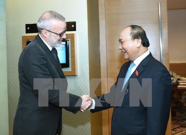 越南政府总理阮春会见英国《经济学人》杂志亚太地区总编辑 hinh anh 1