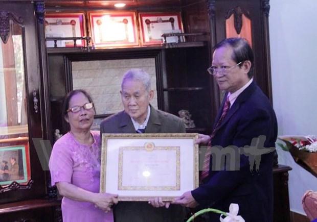 首位老挝越侨荣获65年党龄纪念章 hinh anh 1