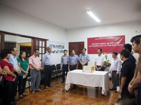 旅居海外越南人侨胞为中部洪灾灾民举行慈善捐款活动 hinh anh 1