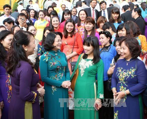 越南国家副主席邓氏玉盛会见越南模范教师代表 hinh anh 1