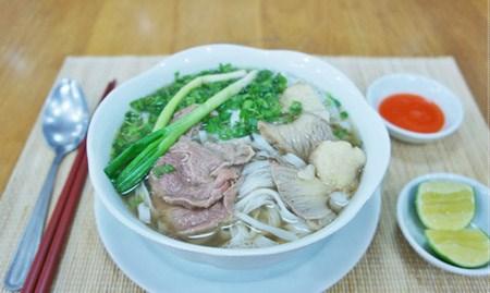 越南米粉跻身旅游时必尝的50种风味美食名录 hinh anh 1
