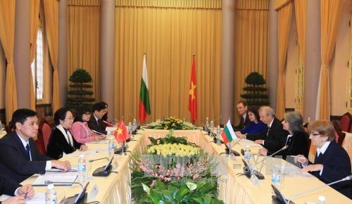 越南国家副主席阮氏缘同保加利亚副总统马尔加里塔•波波娃举行会谈 hinh anh 1