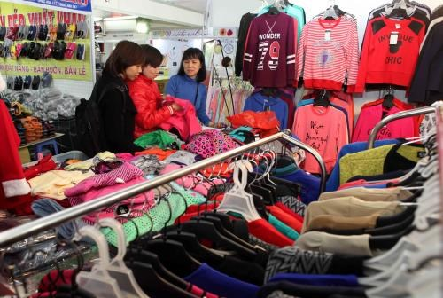 2015年越南服装展销会备受欢迎 hinh anh 1