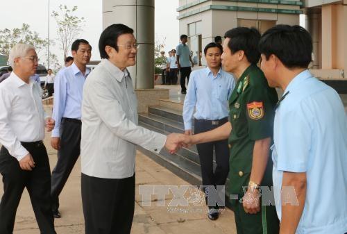 越南国家主席看望平福省禄宁边界县战士和同胞 hinh anh 3