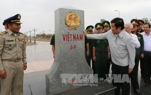 越南国家主席看望平福省禄宁边界县战士和同胞 hinh anh 1