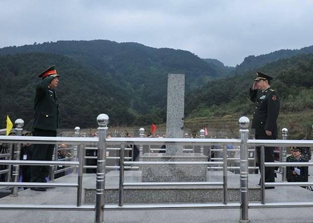 越中第三届边境国防友好交流活动:两国边防部队进行边界联合巡逻 hinh anh 1