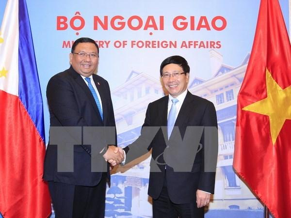 越南政府副总理兼外长范平明与菲律宾外长阿尔门德拉斯举行会谈 hinh anh 1