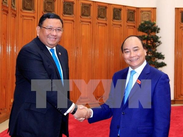 越南政府总理阮春福会见菲律宾外长阿尔门德拉斯 hinh anh 1