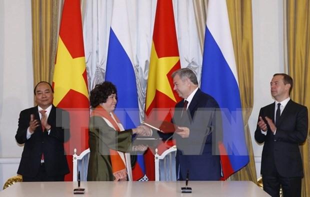 越南政府总理阮春福与俄总理梅德韦杰夫举行联合新闻发布会 hinh anh 1