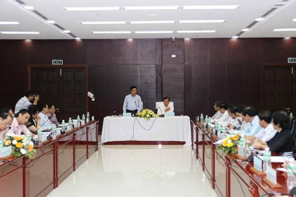 越南政府副总理范平明同岘港市人委会领导人举行工作会议 hinh anh 1