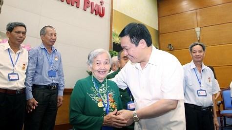 政府副总理王廷惠会见多农省越南英雄母亲与革命有功者代表 hinh anh 1